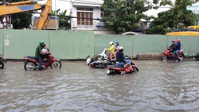 Rất nhiều trường hợp té ngã khi lưu thông qua đường Huỳnh Tấn Phát