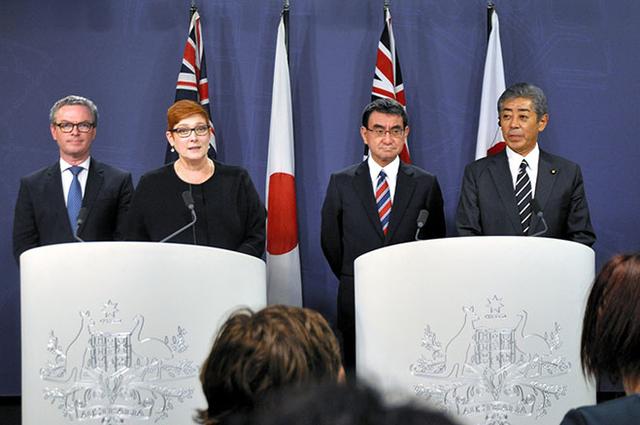 Từ trái qua phải: Bộ trưởng Quốc phòng Australia Christopher Pyne, Ngoại trưởng Australia Marise Payne, Ngoại trưởng Nhật Bản Taro Kono và Bộ trưởng Quốc phòng Nhật Bản Takeshi Iwaya tại cuộc họp báo sau hội đàm ở Sydney ngày 10/10 (Ảnh: Asahi)