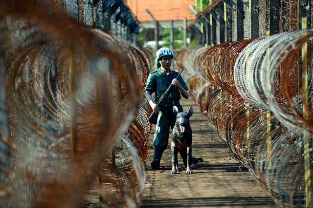 Ngoài những hàng rào kẽm gai, nhà tù được huy động đội ngũ cai ngục và 3 tiểu đoàn quân cảnh để bảo vệ và canh giữ tù binh.