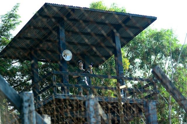 Nhìn từ bên ngoài vào, khu trại tù được bao bọc bởi những hàng rào kẽm gai hơn 10 lớp dày đặc, hệ thống bảo vệ kiên cố.