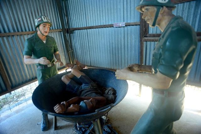 Bên trong những khu giam giữ là hình ảnh các tù binh bị tra tấn bằng nhiều hình thức từ bỏ vào chảo dầu nóng, bẻ răng, đóng đinh vào đầu...