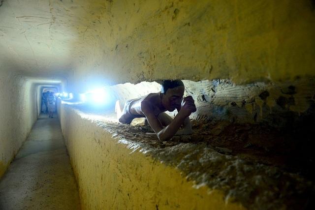 Để thoát khỏi nơi được ví là địa ngục trần gian này, các tù binh tận dụng mọi thứ có thể từ chiếc muỗng ăn cơm, thanh gỗ... để đào hầm vào đêm khuya. Ròng rã nhiều tháng trời, một con đường hầm bí mật được hoàn thành giúp các tù binh vượt ngục.