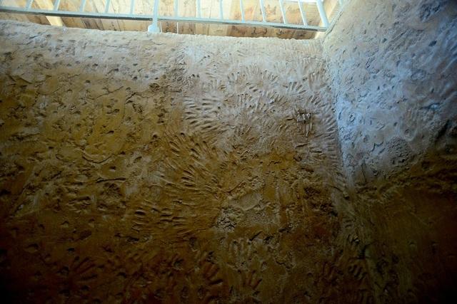 Những bàn tay của tù nhân để lại khi đào đường hầm vượt ngục.