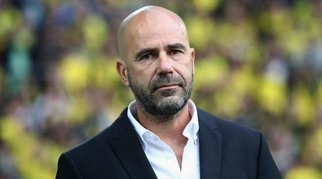 HLV Peter Bosz từng gây ấn tượng khi giúp Ajax lọt vào chung kết Europa League mùa 2016/17. Dù vậy, ở mùa giải trước, ông đã gây thất vọng lớn ở Dortmund. Chiến lược gia này đã bị sa thải chỉ sau 1 mùa giải dẫn dắt Dortmund. Tới nay, ông vẫn chưa tìm được CLB mới.