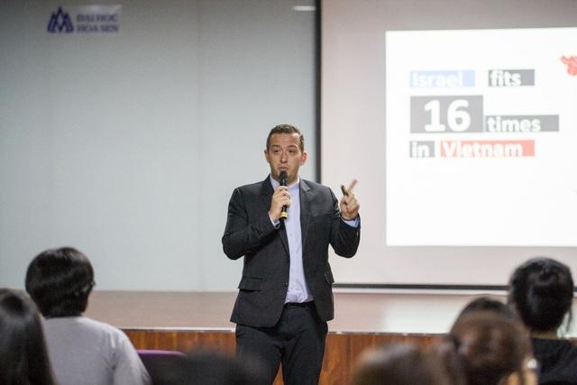 Ngài Doron Lebovich, Phó Đại sứ Israel trò chuyện cùng sinh viên Đại học Hoa Sen.
