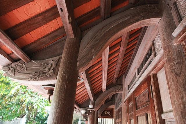 Theo chủ nhân của ngôi nhà, ông mua khung nhà từ một người bạn với giá 350 triệu đồng, đến khi dựng nhà nhóm thợ phát hiện căn nhà hoàn toàn bằng gỗ sưa đỏ.