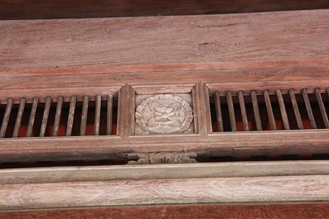 Chất liệu kết cấu của ngôi nhà được làm hoàn toàn bằng gỗ sưa, từ những chiếc đũa nhỏ được trang trí trên cửa…