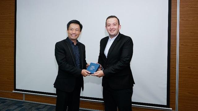 TS Vũ Tường Thụy, phó Hiệu trưởng Đại học Hoa Sen trao quà lưu niệm cho ngài Phó Đại sứ.