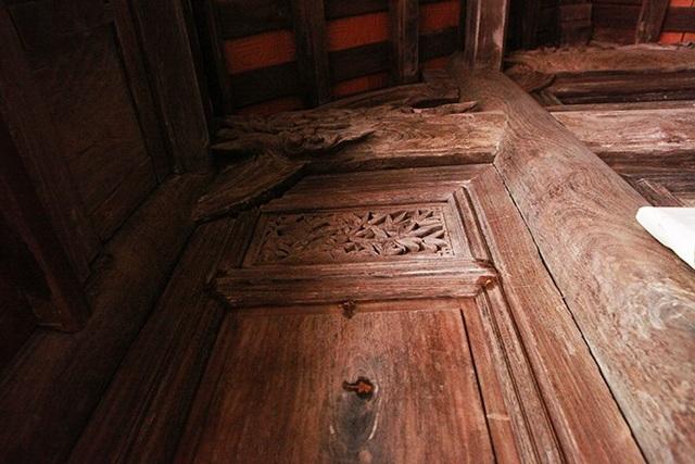 Những mảng gỗ sưa đỏ lớn bên hai vách ngôi nhà chứng tỏ chúng được làm từ những cây gỗ sưa lớn