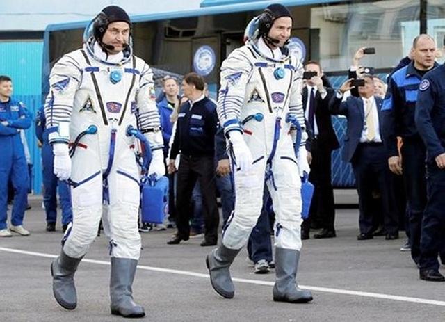 Hai phi hành gia Aleksey Ovchinin (người Nga - trái) và Nick Hague (người Mỹ - phải) hạ cánh an toàn sau khi tên lửa đẩy tàu vũ trụ Soyuz bị hỏng . Ảnh: EPA