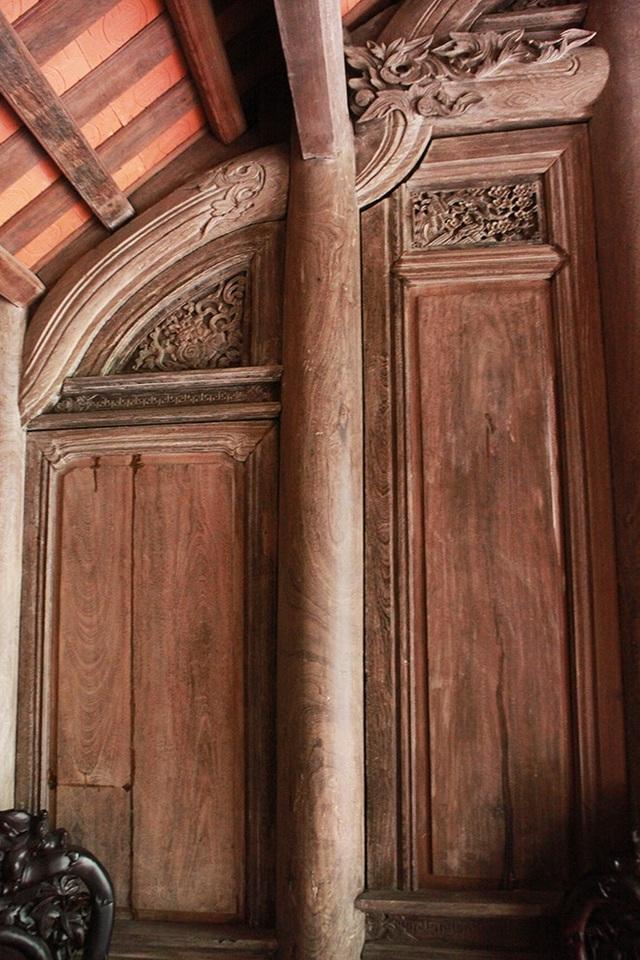 Các cột nhà thẳng tắp, gắn chặt với khung nhà uốn lượn