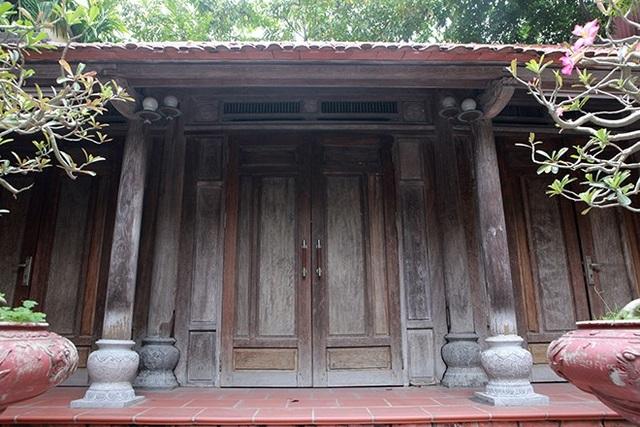 Theo ông Bình, căn nhà gỗ có tuổi đời trăm năm hiện là nhà thờ tổ, toàn bộ khung nhà hoàn toàn bằng gỗ sưa đỏ, quý hiếm. Ngôi nhà rộng chừng 50 mét vuông, thiết kế tinh xảo.