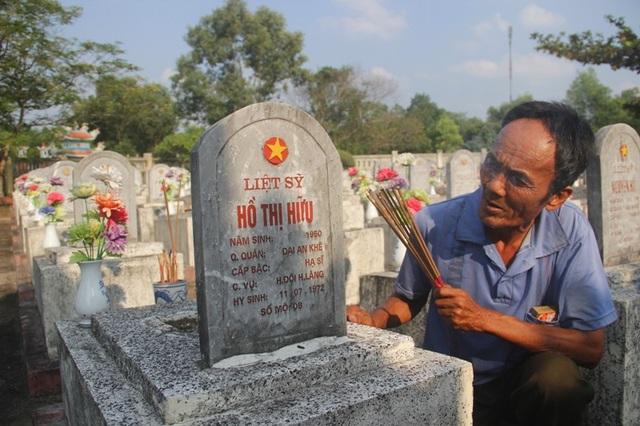 Ông Thành thắp hương lên phần mộ chị mình ở nghĩa trang.