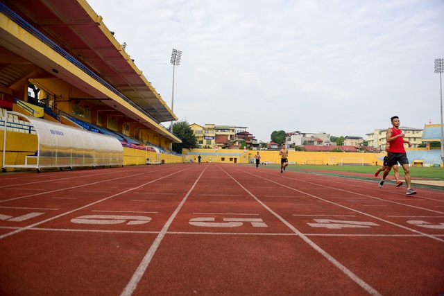 Đường chạy điền kinh trên sân Hàng Đẫy vẫn có vận động viện đến luyện tập.
