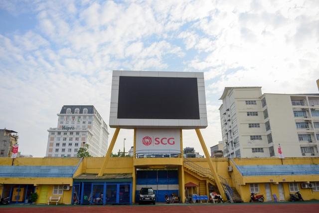 Màn hình LED lớn được đặt trên sân.