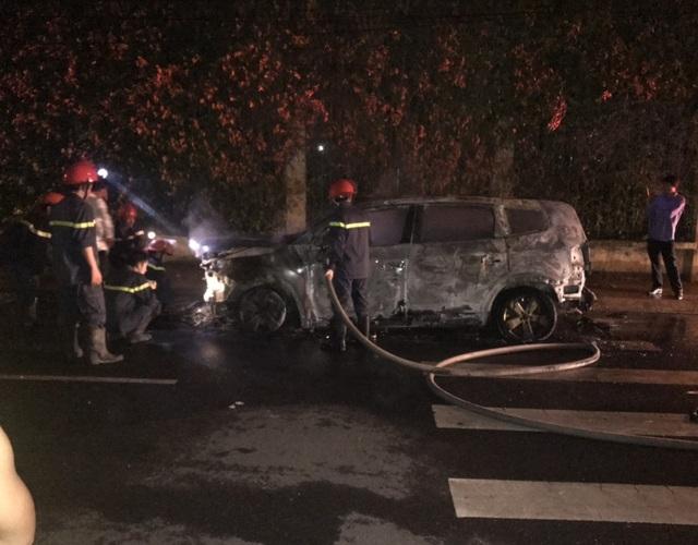 Hiện trường ô tô của doanh nghiệp chị Chi nghi bị kẻ lạ mặt đốt cháy trong rạng sáng nay