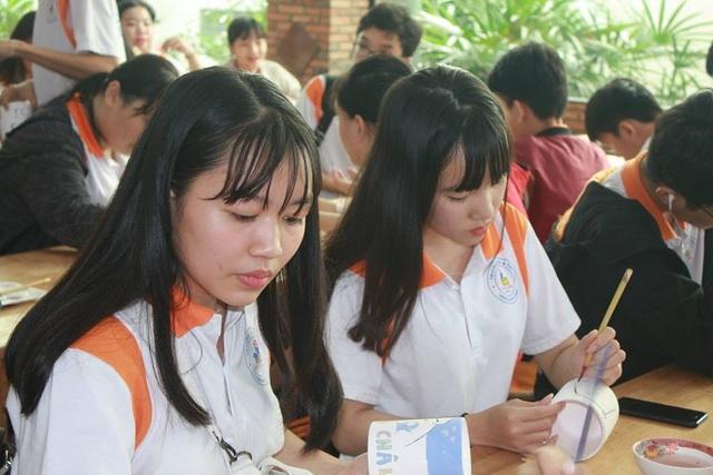 Học sinh Trường THPT Đào Duy Anh, TPHCM trong giờ học trải nghiệm tại một cơ sở gốm sứ