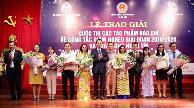 Ban tổ chức trao Giải B tới các tác giả đoạt giải thưởng.