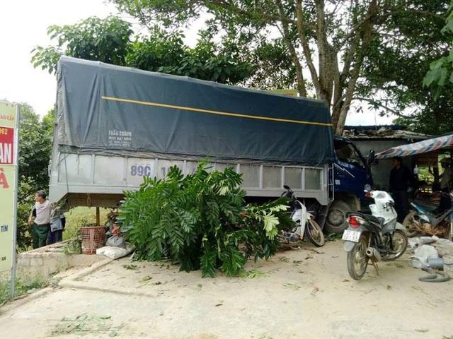 Hai vợ chồng thoát chết khi chiếc xe dừng lại trước cây lớn trước quán.