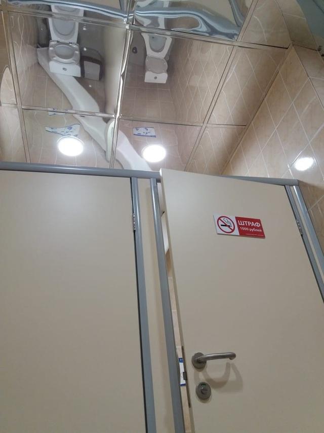 Nhà vệ sinh này còn lắp cả gương trên trần để người ngoài tiện quan sát!