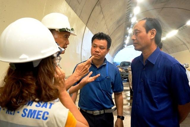 Tư vấn giám sát (thứ 2 từ trái sang) trao đổi với Thứ trưởng Lê Đình Thọ trên công trường