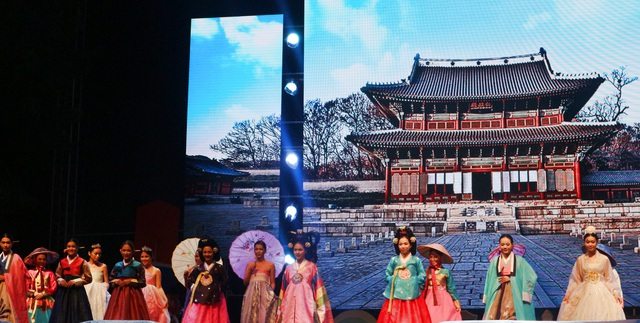 Biểu diễn Hanbok Hàn Quốc
