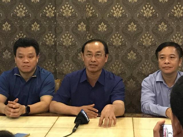 Thứ trưởng Lê Đình Thọ trao đổi với báo chí