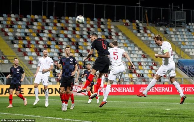 Harry Kane ở tình huống đánh đầu tìm đúng xà ngang của Croatia