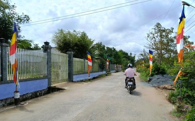 Đây là tuyến đường nông thôn ấp Sà Lôn, xã Lương Phi do Hòa thượng Chau Sơn Hy – chùa Sko Lôn, từ tiếng nói của Hòa thượng Chau Sơn Hy, bà con dân tộc Khmer đóng góp đất và hàng trăm ngày công làm đường nông thôn…