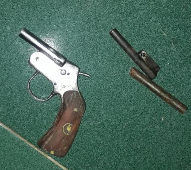 Cơ quan chức năng đã thu giữ 1 khẩu súng ngắn tự chế, 2 viên đạn, 37 vỏ đạn súng quân dụng và nhiều bộ phận kim loại dùng để chế tạo vũ khí.