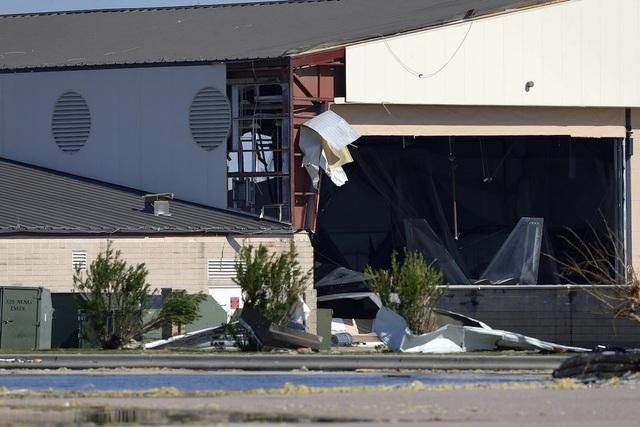 """Kho chứa máy bay chiến đấu đắt đỏ F-22 bị tàn phá nghiêm trọng, tuy nhiên Business Insider không rõ liệu """"chim sắt"""" này có bị hỏng hóc hay không. Trước đó, căn cứ này đã mang một số máy bay F-22 đi nơi khác do lo ngại bị bão làm hỏng hóc. (Ảnh: Reuters)"""