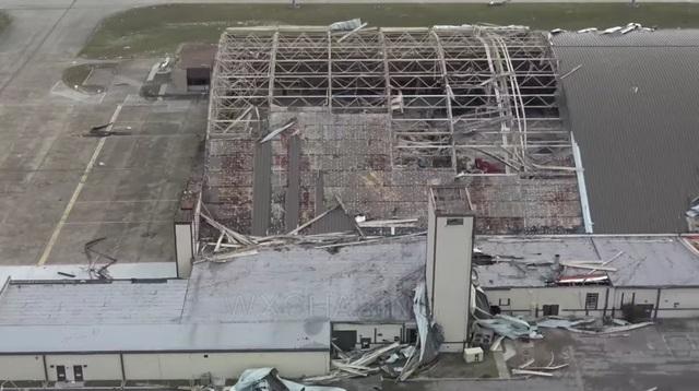 """Dù đã lên phương án bảo vệ và sơ tán từ trước, tuy nhiên mức độ tàn phá của cơn bão vẫn rất lớn. """"Một số máy bay phải ở lại kho chứa vì lý do an toàn hoặc đang được bảo trì và toàn bộ các kho chứa máy bay đều bị tàn phá"""", Phát ngôn viên không quân Mỹ Ann Stefanek, cho biết. (Ảnh: WXchasing)"""
