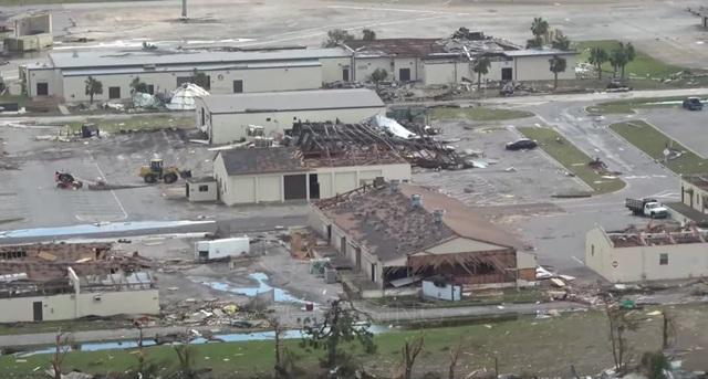 Một số khu vực khác thuộc căn cứ cũng bị tàn phá phần mái hoặc bị các vật khác rơi vào. (Ảnh: WXchasing)