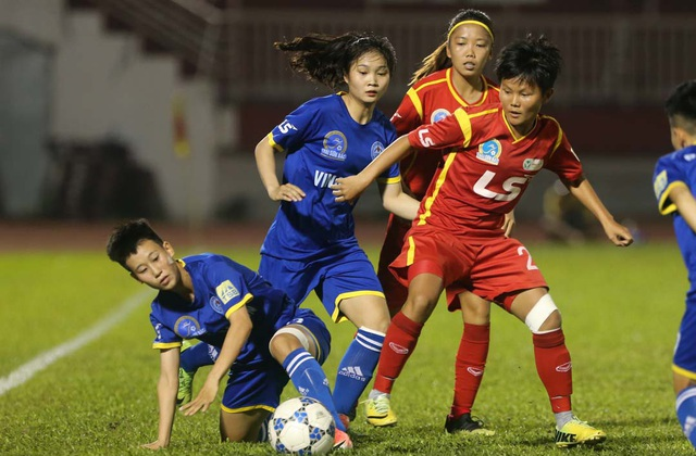 Trận đấu giữa nữ TPHCM và TKS Việt Nam, ở bán kết giải bóng đá nữ VĐQG 2018 diễn ra rất nóng (ảnh: Anh Hải)