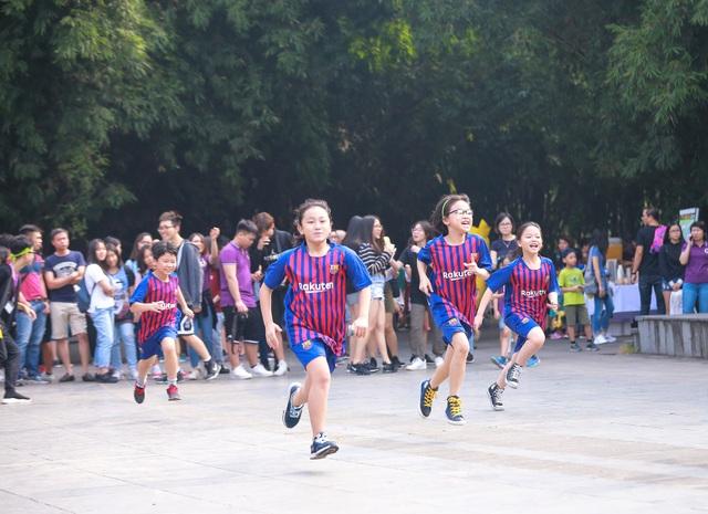 Trong số đó, có khoảng 1 nghìn học sinh từ cấp tiểu học đến THPT của nhà trường tham dự buổi đi bộ.