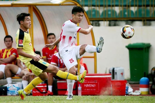 Nam Định (trắng) đã trụ hạng V-League thành công - Ảnh: Gia Hưng