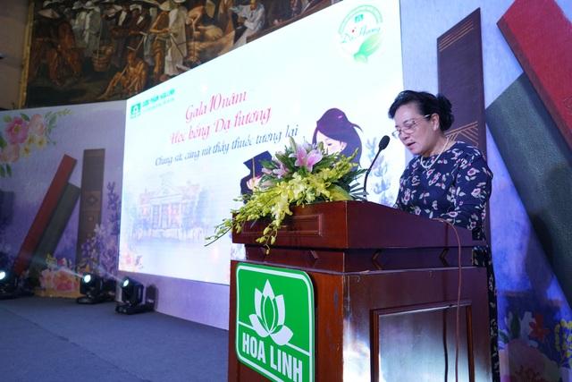 Bà Phạm Thị Hòe – Phó Chủ tịch TW Hội Khuyến học Việt Nam đánh giá cao ý nghĩa của chương trình Học bổng Dạ Hương