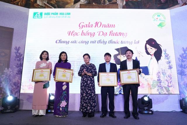 Tại buổi lễ, bà Phạm Thị Hòe, Phó Chủ tịch TW Hội Khuyến học Việt Nam đã trao tặng bằng khen của Trung ương Hội Khuyến học Việt Nam cho Công ty Dược phẩm Hoa Linh và Nhãn hàng Dạ Hương