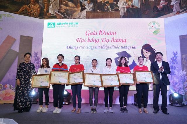 Trong chương trình, 16 em nữ sinh viên có hoàn cảnh khó khăn của các trường Đại học Y Hà Nội cũng đã được trao học bổng