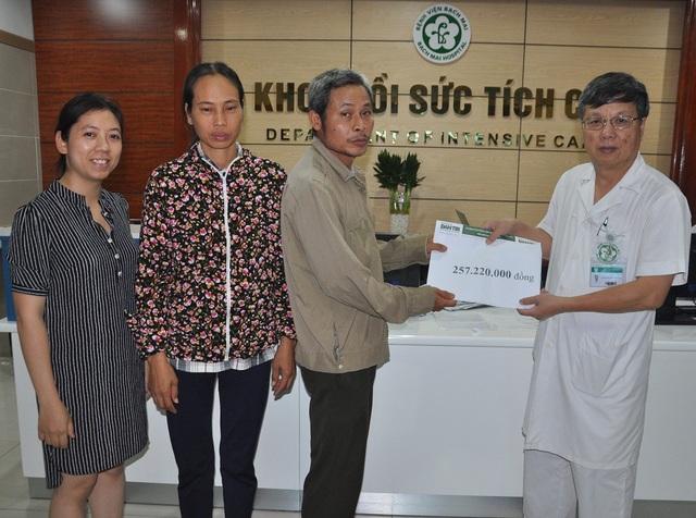 Giáo sư Nguyễn Gia Bình thay mặt trao số tiền bạn đọc báo điện tử Dân trí đến gia đình em Xuân.