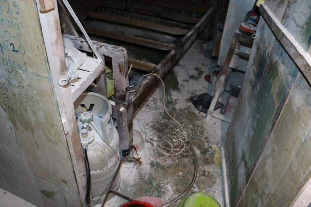 Dũng lấy điện 220V câu vào bình gas này và giăng điện quanh nhà để cố thủ....