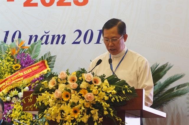 Linh mục Nguyễn Hùng báo cáo tóm tắt tổng kết nhiệm kỳ 2013-2018 và phương hướng hoạt động nhiệm kỳ 2018-2023 của Ủy ban Đoàn kết Công giáo Việt Nam.