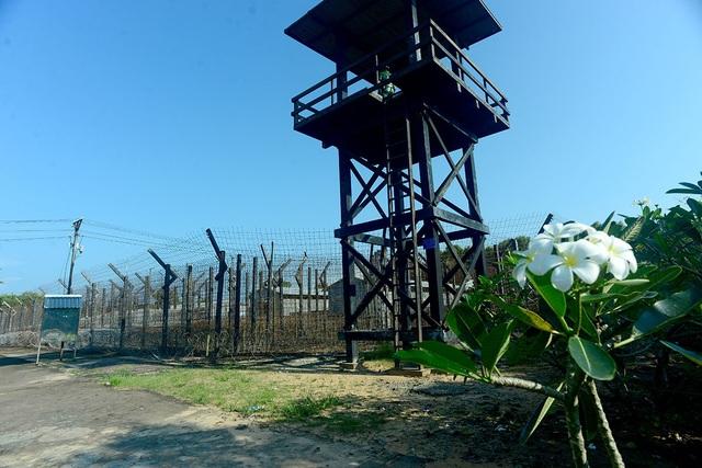 Nhà tù Phú Quốc được xem là nơi giam giữ tù binh cộng sản lớn nhất miền Nam, với hơn 32.000 tù binh từng bị giam giữ. Có lúc, nhà tù giam giữ hơn 40.000 người nếu tính cả tù chính trị nhiều thời kỳ.