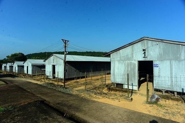 Nhà tù Phú Quốc có 12 khu, được đánh số thứ tự từ 1 đến 12. Đến năm 1972, nhà tù mở rộng thêm 2 khu (13,14) để có thể giam giữ thêm các tù nhân. Mỗi khu được chia làm nhiều phân khu và có thể chứa đến 3.000 tù bình/khu.