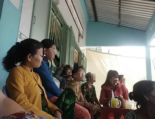 Nhiều  bệnh nhân ngồi chờ tới lượt cho Ông Cóc chữa bệnh