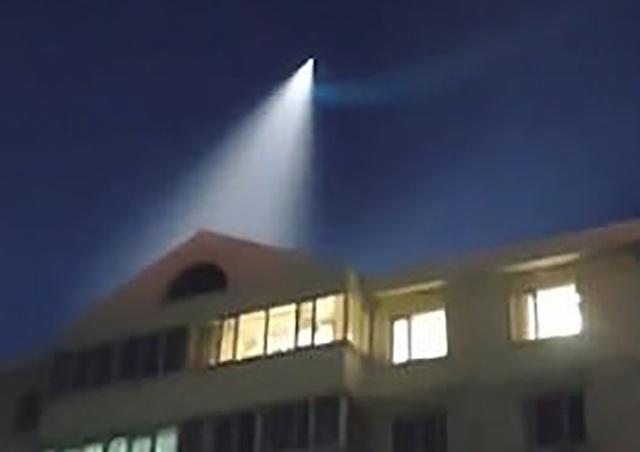 Một số ý kiến cho rằng ánh sáng bí ẩn này là đuôi của một quả tên lửa.