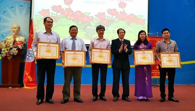 Ông Phạm Hoàng Be, Phó Chủ tịch TƯ Hội Khuyến học Việt Nam tặng cờ thi đua cho Hội Khuyến học thành phố Hà Nội và trao bằng khen cho các cá nhân, tập thể xuất sắc trong công tác khuyến học, khuyến tài trong năm 2018.