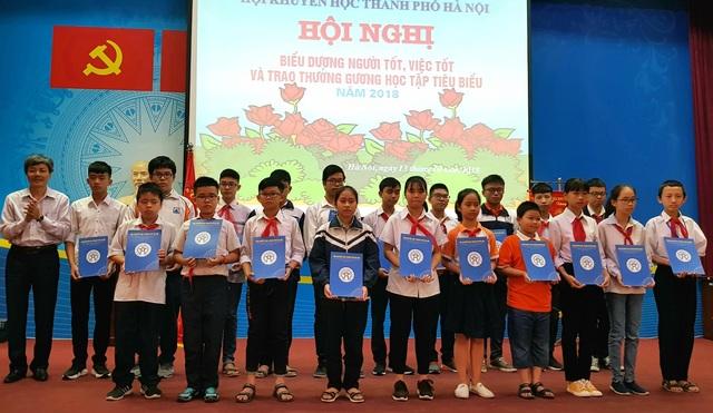Tại buổi lễ hơn 100 học sinh và cán bộ tiêu biêu biểu Thủ đô được trao giấy khen.