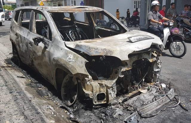 Hiện trường ô tô của doanh nghiệp chị Chi nghi bị kẻ lạ mặt đốt cháy trong đêm