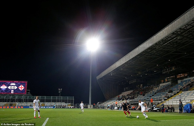 Hai đội thi đấu trên sân không có khán giả